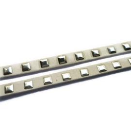 Kunstsuede band met vierkante aluminium studs - 6,5mm - wit - 20cm