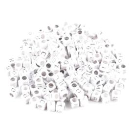 Kunststof letterkralen Mix – 6x6mm – Wit met Zilverkleur Letters