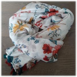 Zomerse witte sjaal met vrolijke bloemenpracht en kwastjes
