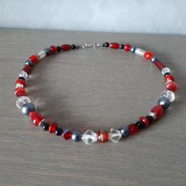 Kralen ketting in een mix van rood zwart blank grijze kralen - 45cm