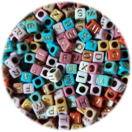 Kunststof Letterkralen Vierkant – 6x6mm – Pastel Kleuren met Goudkleur Letters