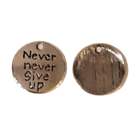 Bedel Hanger 'Never never give up' – Antiek Zilverkleur – Metaal - 20mm