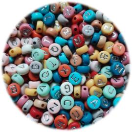 Kunststof Letterkralen Plat rond - 7x3.5mm – Pastel Kleuren met Zilverkleur Letters - 100 stuks