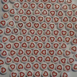 Ronde hartjes kralen - wit met rood hartje 7x4mm - 20 stuks